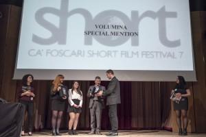 Domenico De Gaetano consegna la Menzione speciale Volumina al regista Charles Broad per Petrel